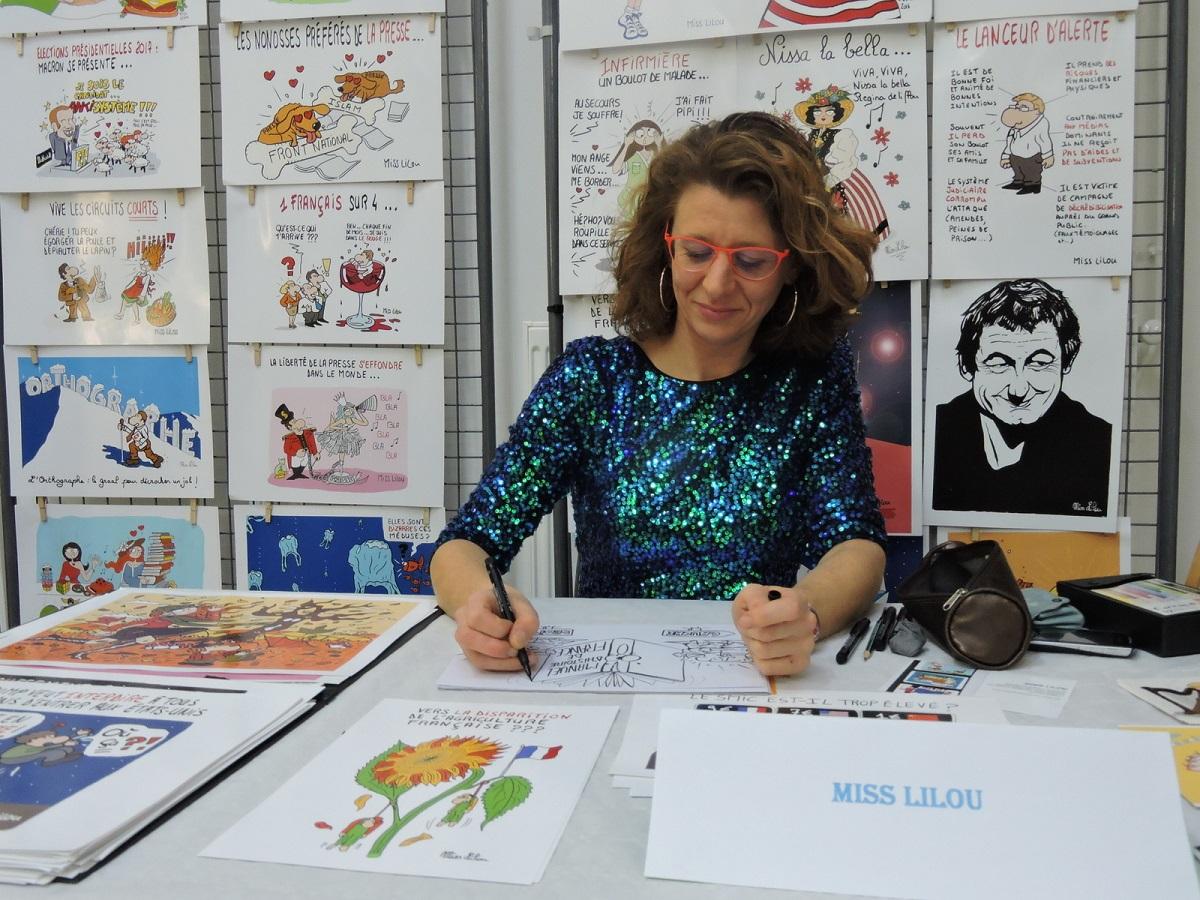 photo de Miss Lilou en séance de dédicace