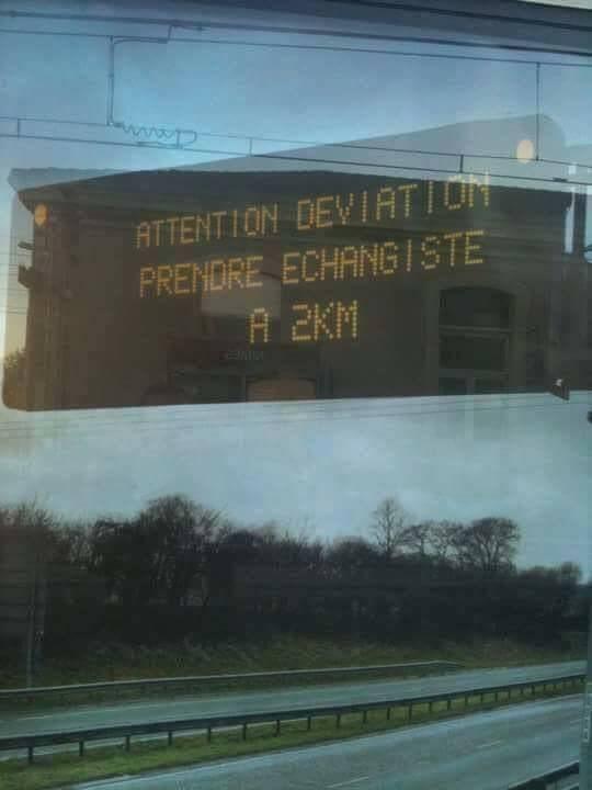 photo d'un panneau d'autoroute préconisant de prendre l'échangiste