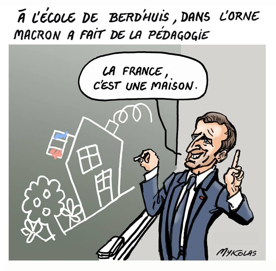 dessin d'actualité d'Emmanuel Macron en train de donner son cours aux Français depuis l'école de Berd'huis dans l'Orne