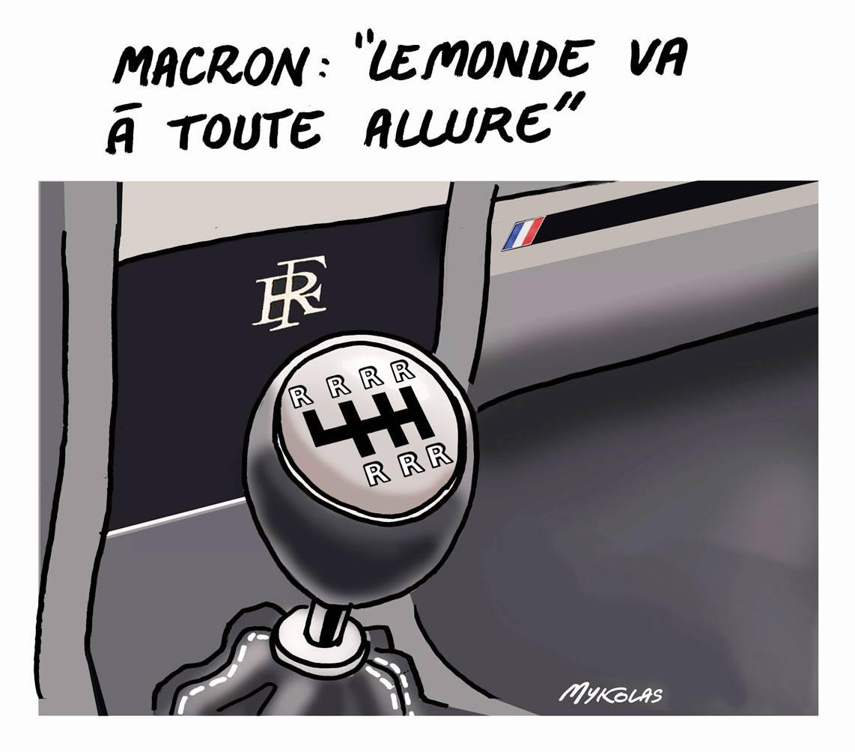 dessin d'actualité du monde vu par Emmanuel Macron symbolisé par un levier de vitesse n'ayant que des marches arrière