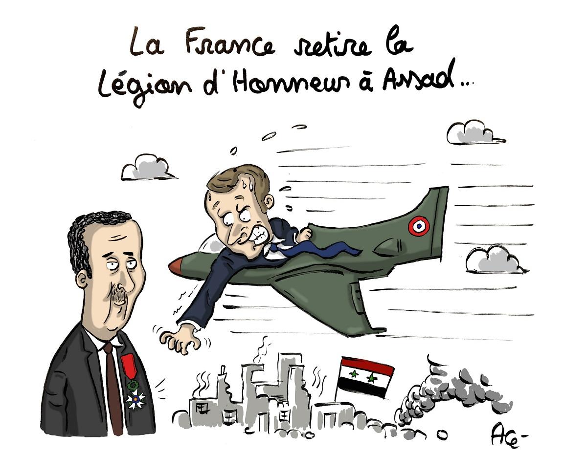 dessin d'actualité humoristique d'Emmanuel Macron en avion essayant d'arracher la légion d'honneur de Bachar el-Assad