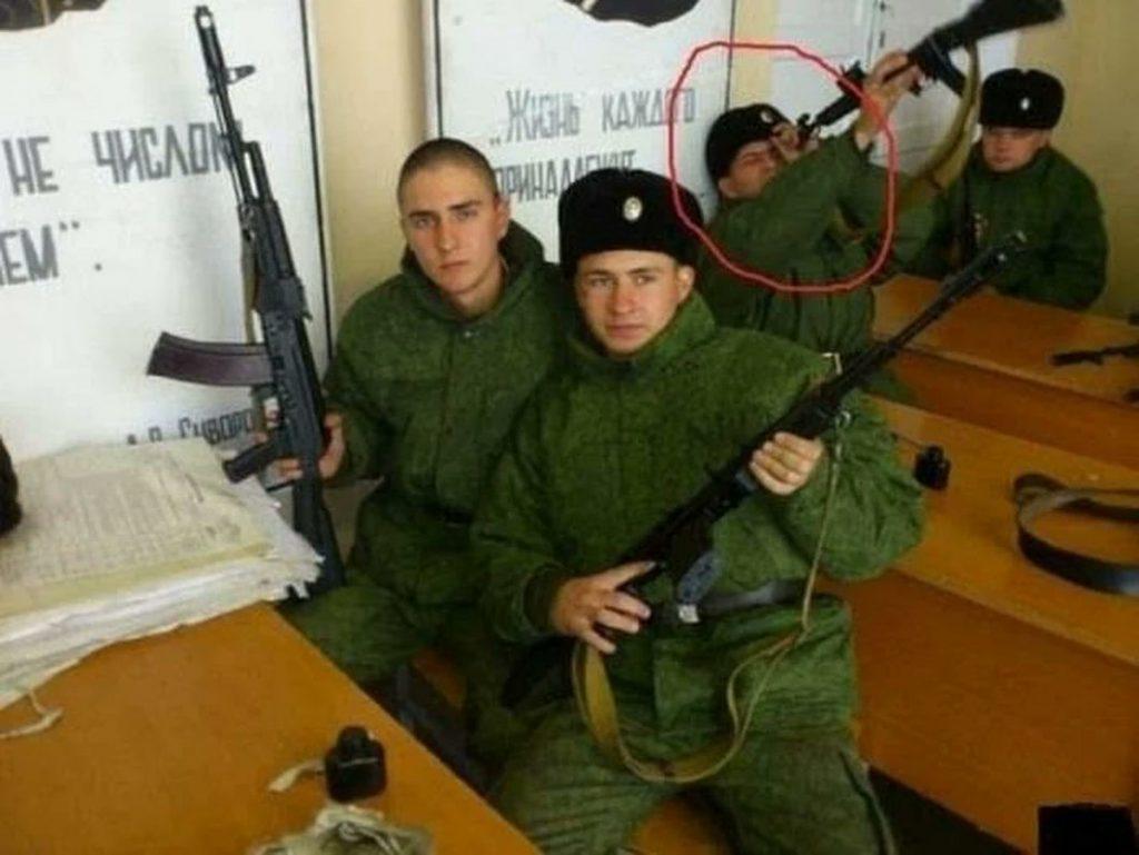 dessin humour militaire armée russe image drôle nettoyage kalachnikov
